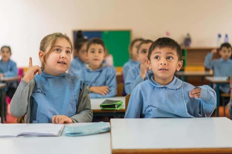 الفرق بين المدارس الرسمية والرسمية المتميزة